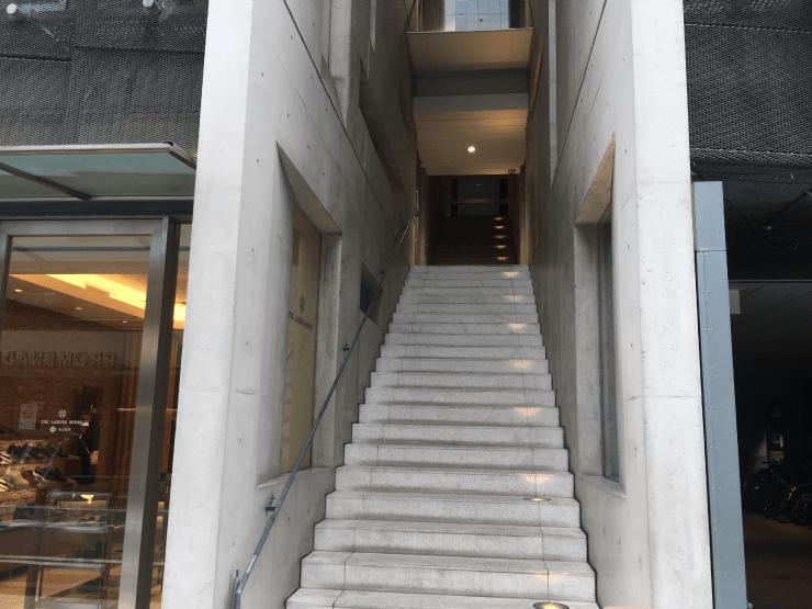 メンズリゼ心斎橋店の入り口の階段
